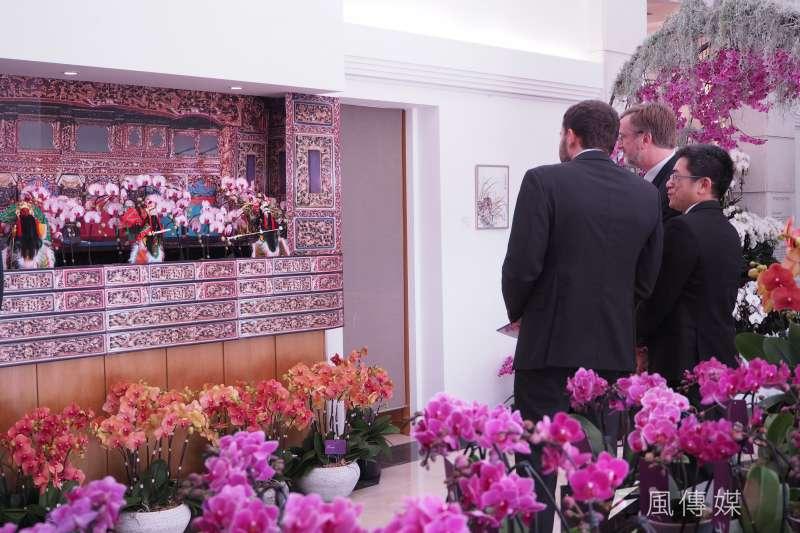 台灣駐世界貿易組織(WTO)代表處9日首度在駐外使館內舉辦蝴蝶蘭展,現場蘭花遍佈。圖為各國大使與日內瓦當地政要正欣賞著蘭花。(尹俞歡攝)