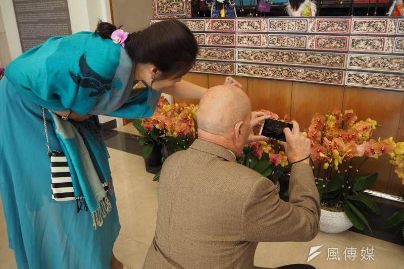 20171011-日內瓦邦議會議長Eric Leyvraz在展場中也忙著為蘭花拍照。(尹俞歡攝)