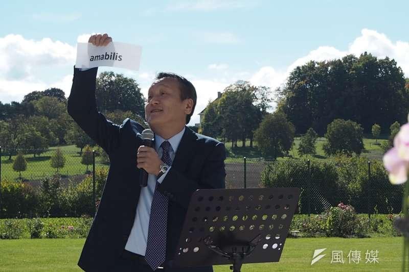 20171011-台灣駐世界貿易組織(WTO)大使朱敬一於9日招待會上致詞,說明南洋白花蝴蝶蘭(amabilis)最初是在蘭嶼被發現的。(尹俞歡攝)
