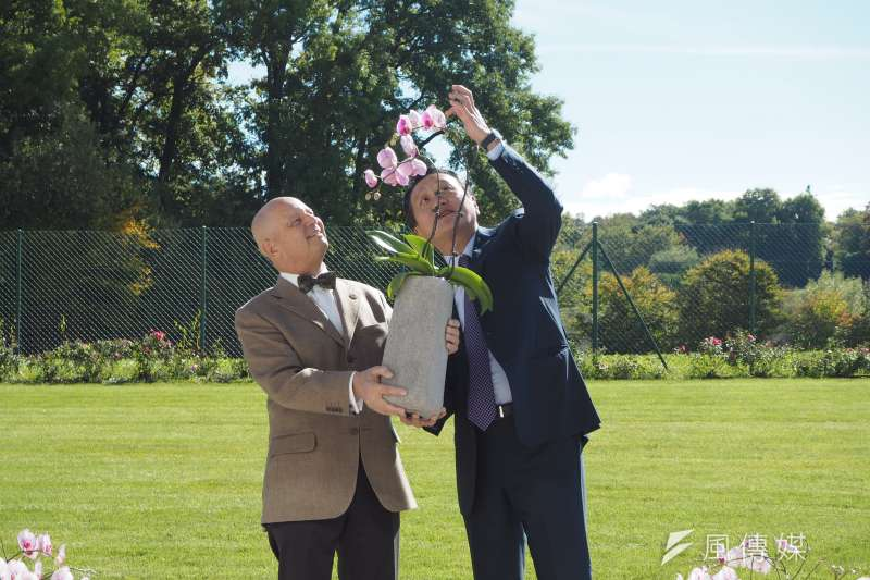 台灣駐世界貿易組織(WTO)大使朱敬一(右)致贈蘭花給日內瓦邦議會議長Eric Leyvraz(左)。朱敬一表示,台灣在研發種苗上掌握技術優勢,建議台灣花農應從種苗研發及專利下手。(尹俞歡攝)