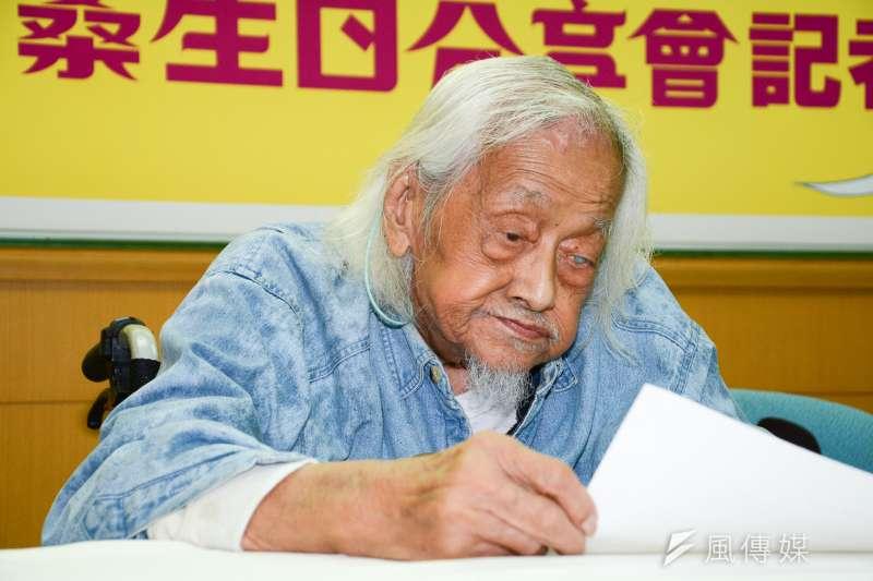 革命家史明於今(12日)早出席記者會感嘆:「我感覺我一生最大的遺憾,是100年都在努力,但每每碰到學生跟年輕人我都跟他們抱歉,為什麼台灣獨立都沒什麼成功…。」(陳明仁攝)