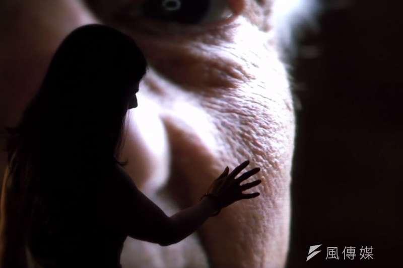 紀錄片《凍齡的秘密》探索皮膚科學旅程,透過英國國民保健署的整形外科醫生蘿西娜艾帶領,認識皮膚的奧妙。(取自《凍齡的秘密》影片截圖)