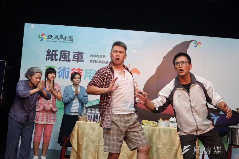 20171024-紙風車劇團以行動劇展現讓所有民眾都能進入劇場的決心。(朱冠諭 攝)