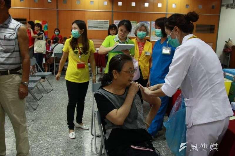 南投縣府衛生局在南崗工業區辦理流感疫苗接種。(資料照,王秀禾攝)