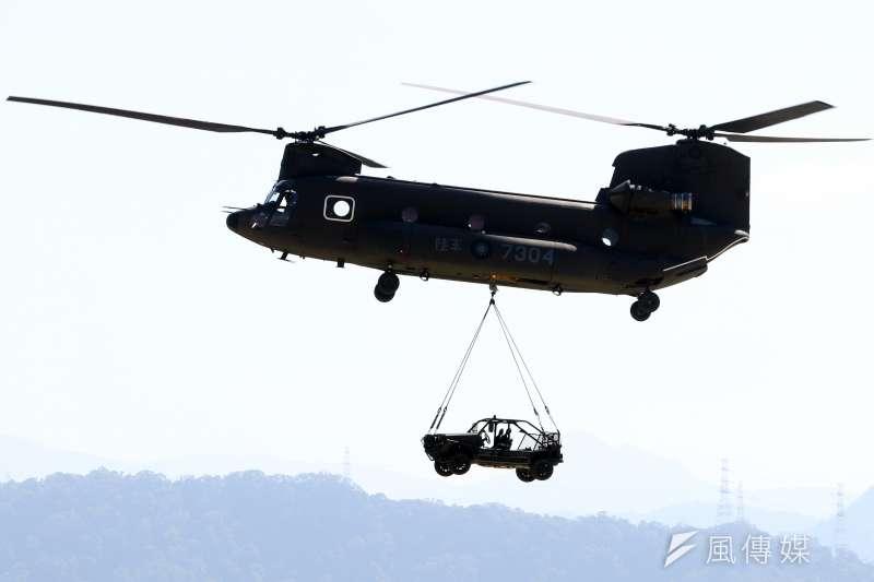 20171026-陸軍航空601旅上午舉行營區開放預演活動,邀請媒體採訪。圖為CH-47SD運輸直升機進行吊掛特戰突擊車的動態操演。(蘇仲泓攝)