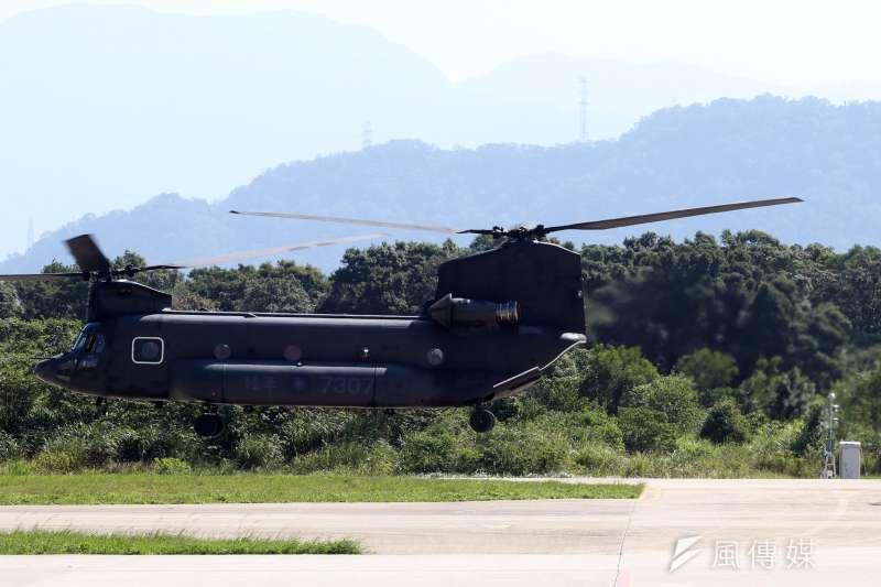 20171026-陸軍航空601旅上午舉行營區開放預演活動,邀請媒體採訪。圖為陸軍神龍小組人員從CH-47SD運輸直升機中走出,列隊前往會場中央。(蘇仲泓攝)