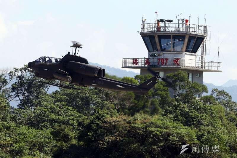 20171026-陸軍航空601旅上午舉行營區開放預演活動,邀請媒體採訪。圖為AH-1W眼鏡蛇攻擊直升機進行動態操演。(蘇仲泓攝)