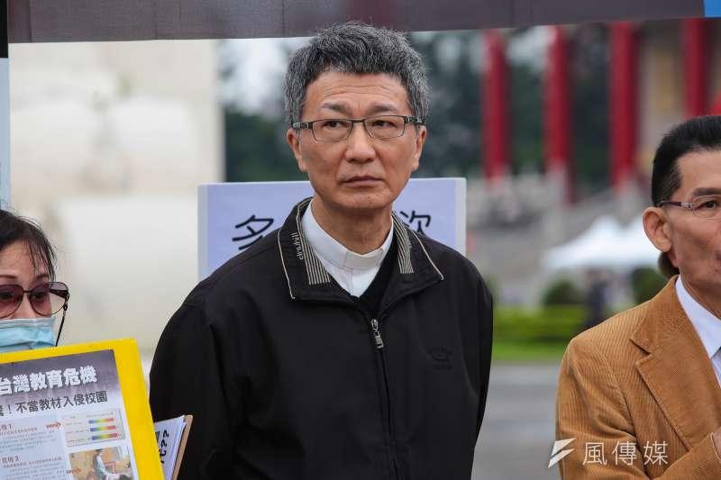 20171028-天主教台灣地區主教團秘書長陳科28日於自由廣場前針對同志遊行召開記者會。(顏麟宇攝)