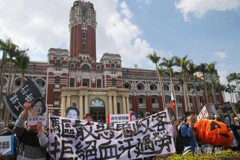 台灣成了兩極對立的社會。圖為反砍七天假遊行。(資料照,陳明仁攝)