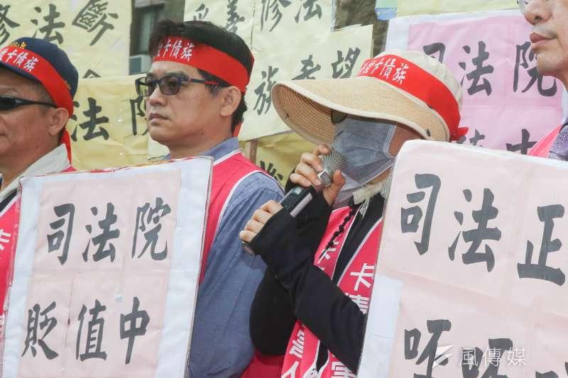 20171103-卡債受害人自救會抗議記者會,中為借400萬元卻必須還款超過2000萬的李老師。(陳明仁攝)