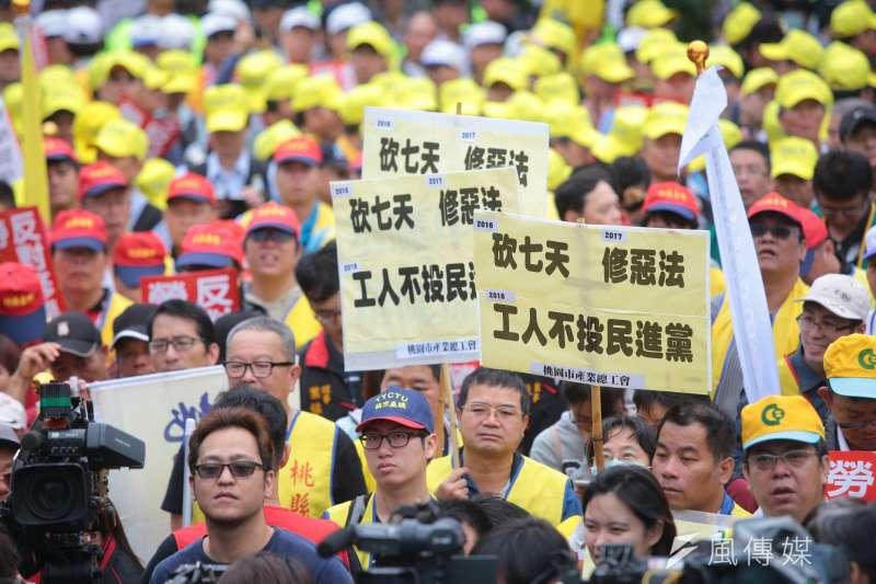 勞工團體、產業工會於行政院前抗議,反對《勞基法》修惡、鬆綁七休一等制度。(顏麟宇攝)