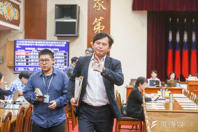 立委黃國昌罷免案成案,時代力量黨團舉行記者會聲援,同時間,黃國昌仍忘質詢,他表示,很忙!平常心。(陳明仁攝)