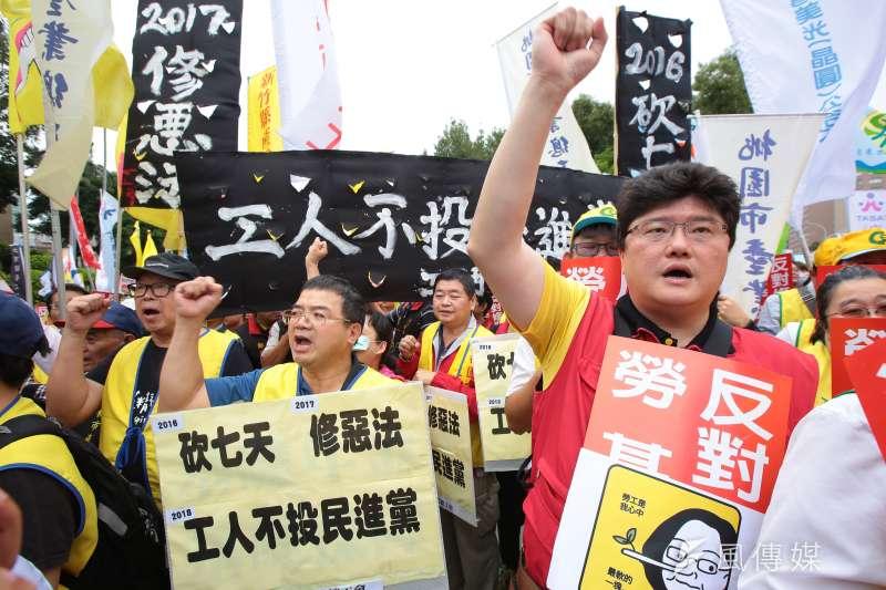各工會、勞工團體9日於政院門口抗議勞基法修惡行動。(顏麟宇攝)