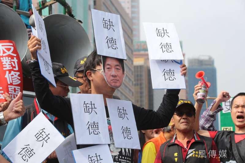 20171109-各工會、勞工團體9日於政院門口抗議勞基法修惡行動,並將戴上行政院長賴清德面具的演員全身貼上缺德標語。(顏麟宇攝)