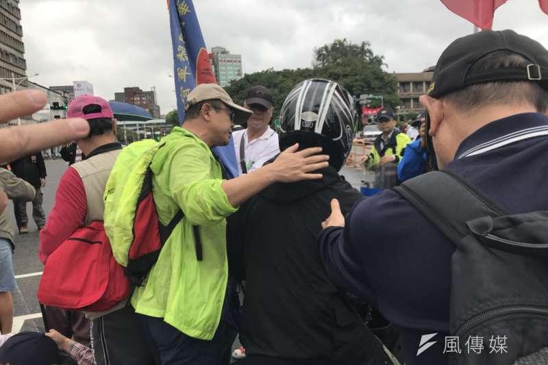 反年改團體八百壯士行政院前抗議軍人年改方案、並癱瘓中山南路行動,與警方、機車騎士爆發口角。(謝孟穎攝)