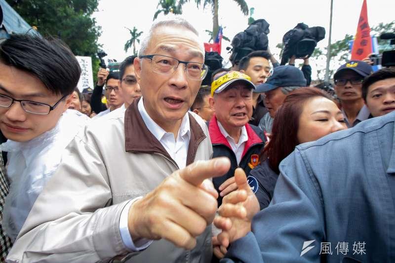 國民黨主席吳敦義14日出面聲援「八百壯士」,並與退伍軍人協會副理事長吳其樑握手致意。(顏麟宇攝)