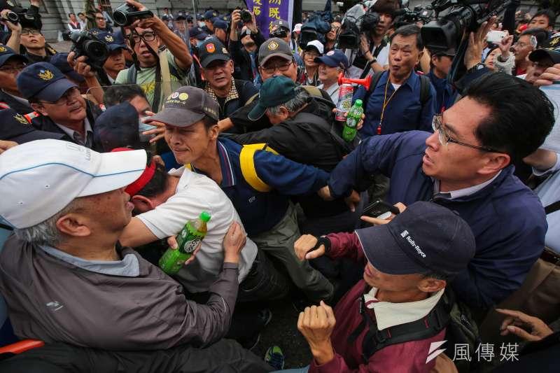 針對軍人年改,八百壯士14日舉行反年改遊行,於凱道前與警方發生些微推擠拉扯。(顏麟宇攝)