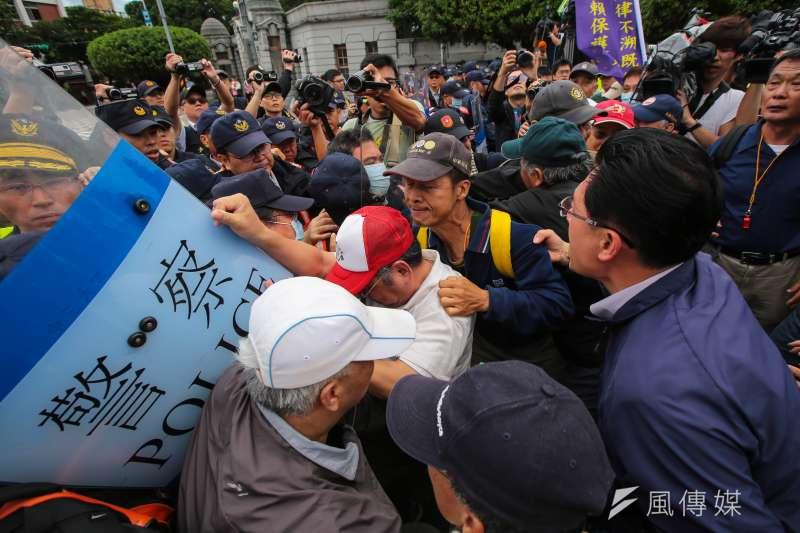 八百壯士14日於凱道抗議軍人年改方案,並於凱道前與警方發生衝突。(顏麟宇攝)