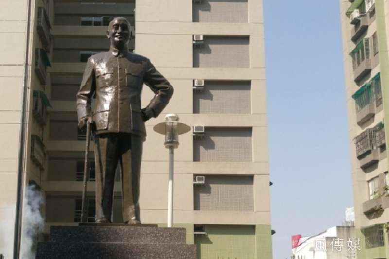 昔日屹立於台南女中,後遭賴清德市長拆除的蔣介石銅像,重新豎立在精忠新城社區前。(作者提供)