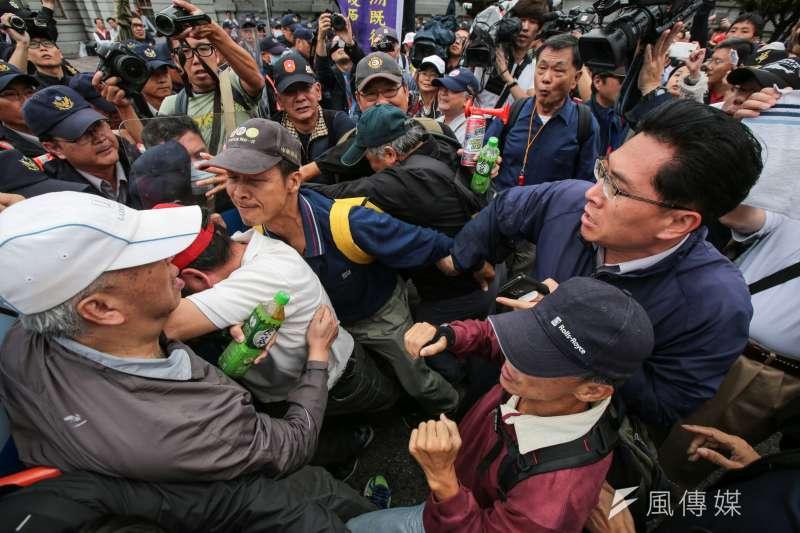 2017-11-13-反年改團體八百壯士行政院前抗議軍人年改方案,步行至凱道,並與維安警力發生衝突02。(顏麟宇攝)