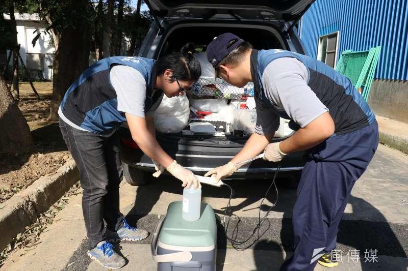 20171116-風數據水污染熱區專題,新竹縣環保局人員進行放流井水質檢測作業。(蘇仲泓攝)