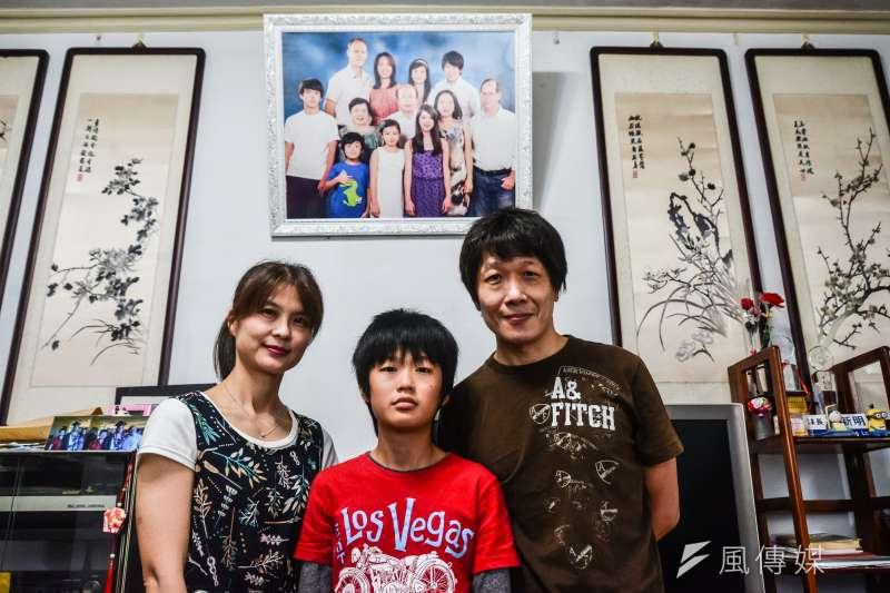 20171118-風數據志工專題,一家三代五口志工家庭,劉力文、莊蘭蘭夫婦與兒子劉彥函。(甘岱民攝)