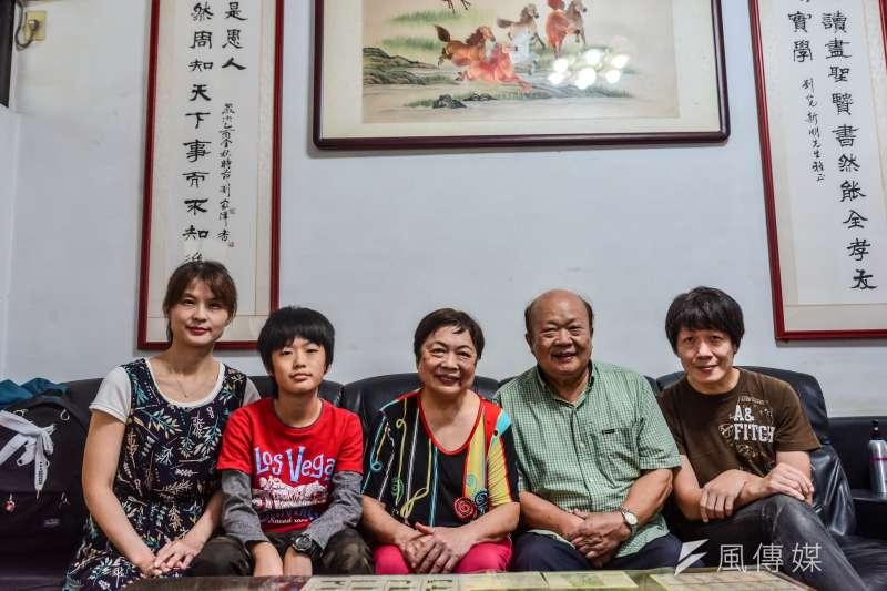 劉家三代、五口,從年近八旬的爺爺到年僅13歲的小孫子全都投身志工行列。(甘岱民攝)