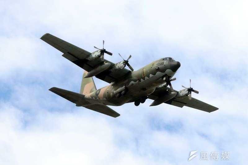 20171121-空軍新竹基地上午舉行營區開放活動,C-130運輸機首次參與動態操演,展現大飛機一樣靈巧的高超飛行技巧。(蘇仲泓攝)