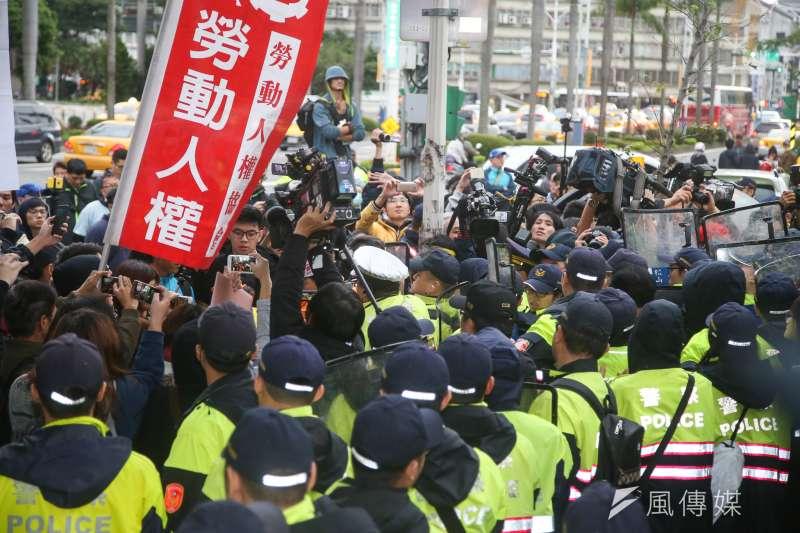 20171123-立法院,勞團抗議,下午,抗議人士翻牆闖入立院正門,遭警方壓制拖拉,稍後送醫。(陳明仁攝)