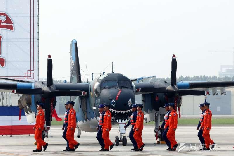 總統蔡英文上午前往空軍屏東基地主持「P-3C型機成軍暨S-2T型機除役及飛行部隊番號更銜典禮」。圖為參與校閱的官兵,走過現場陳展的S-2T型機。(蘇仲泓攝)
