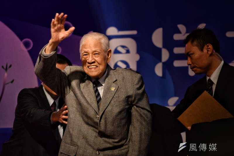20171202-台灣教授協會募款餐會,李登輝向台下揮手。(甘岱民攝)