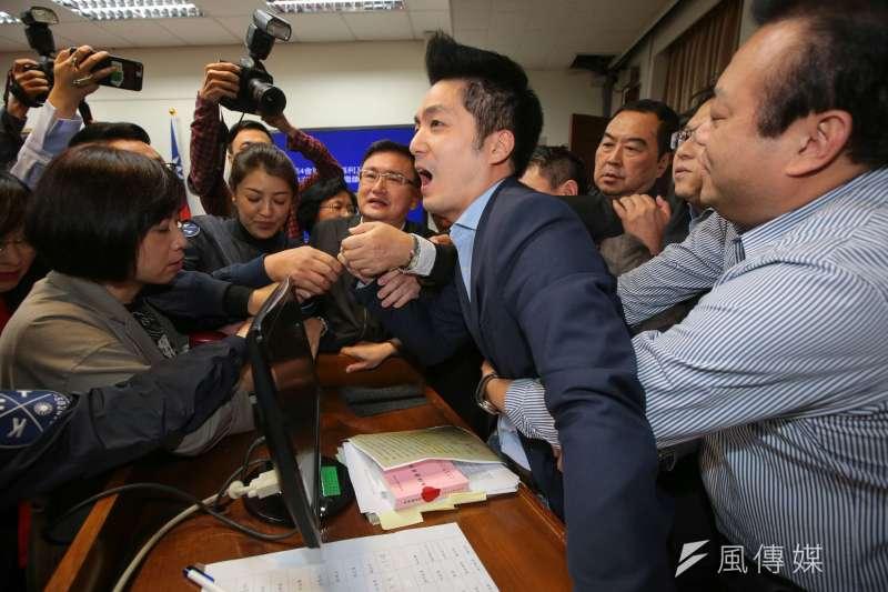 2017-12-04-立法院衛環委員會審查勞基法,國民黨立委蔣萬安遭架離排除。(顏麟宇攝)