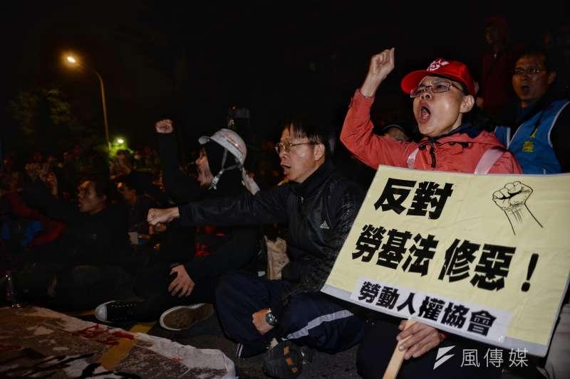 勞工團體抗議勞基法修法,還是擋不住修正草案一字不易送出委員會。(甘岱民攝)