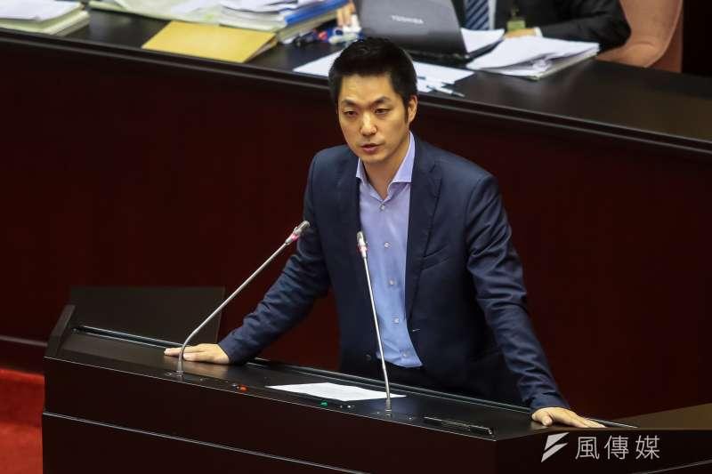 國民黨立委蔣萬安於立法院會處理「促進轉型正義條例草案」時發言,表決司法平反條款時,他投下贊成票。(顏麟宇攝)