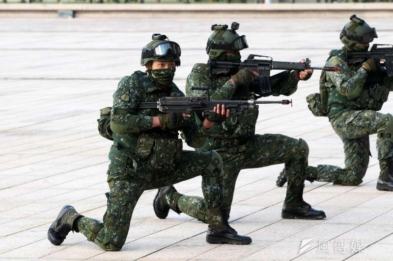 國防部14日上午進行直升機落地訓練暨全民國防教育參訪活動。圖為特戰官兵掩護傷患後送後,在現場待命撤離。(蘇仲泓攝)