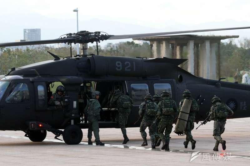 20171214-國防部上午進行直升機落地訓練暨全民國防教育參訪活動。圖為特戰官兵掩護傷患後送後,搭乘黑鷹直升機撤離。(蘇仲泓攝)