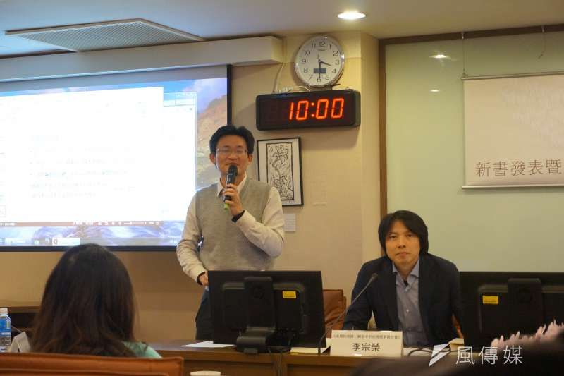 中研院社會所副研究員、《未竟的奇蹟》編者李宗榮(右)指出,台灣的市場已經遠離了「黑手變頭家」、「健康的資本主義發展」的樂觀想像,如今企業集團家族化、大型化已成事實,在許多議題上都發現了一些待解的困境。
