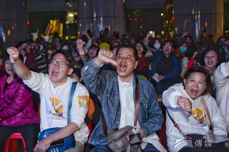 安定力量在罷免投票日前夕,於汐止火車站前舉辦罷昌晚會,民眾揮舞手機。(甘岱民攝)