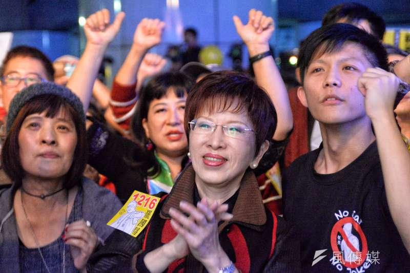 罷昌的安定力量在汐止車站前廣場搭設舞台舉辦晚會,洪秀柱也出席。(甘岱民攝)