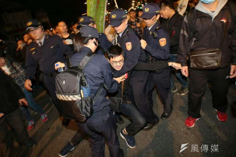 20171223-勞工大遊行,勞團抗議勞基法休法,晚間在馬路中央靜坐,與警方拉扯。(顏麟宇攝)