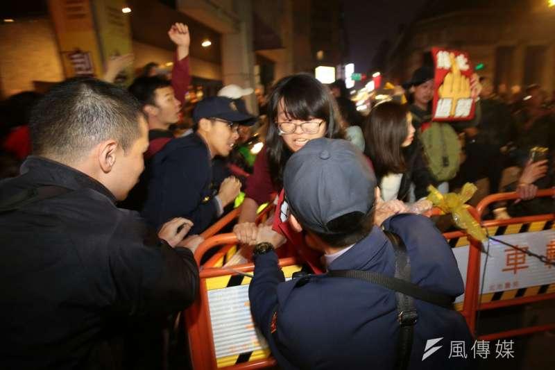 20171223-勞工大遊行,勞團抗議勞基法休法,晚間衝到中華路與警方拉扯。(顏麟宇攝)