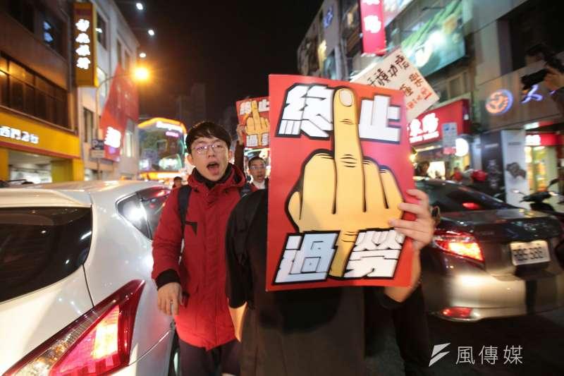勞團抗議勞基法休法,晚間逆向闖入西寧南路與警方拉扯。(顏麟宇攝)