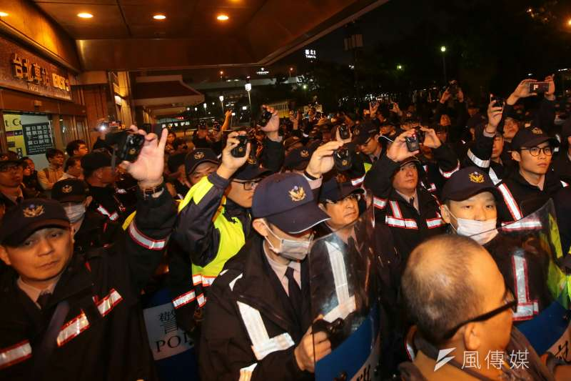 20171224-勞工大遊行,警方將學生從台北車站抬出。(顏麟宇攝)
