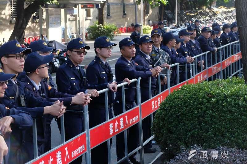 時代力量大砍警政署預算。圖為勞基法大遊行中的警察(謝孟穎攝)