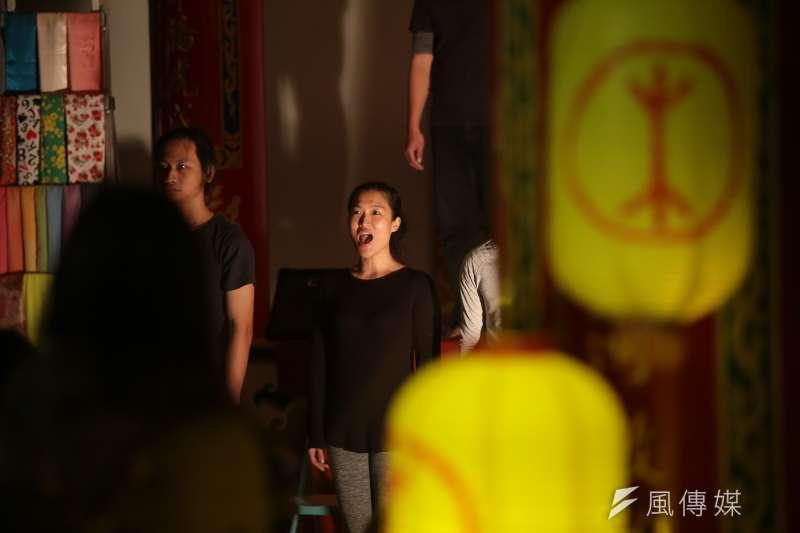 20171230-百野繞境跨年藝術遊行30日晚間抵達社子島坤天亭,並於廟內舉行晚間劇場活動。(顏麟宇攝)