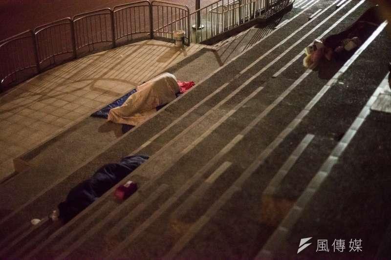 20171229-新北市街友遊民專題配圖,夜間在板橋體育場睡覺的街友遊民。(甘岱民攝)