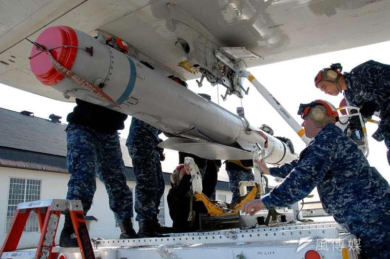 為建立「重層嚇阻」戰力,空軍將籌購「空射遠距精準彈藥」,據了解,即是指美軍現役的AGM-84K飛彈和AGM-158飛彈。圖為AGM-84K飛彈。(Wikipedia/Public Domain)