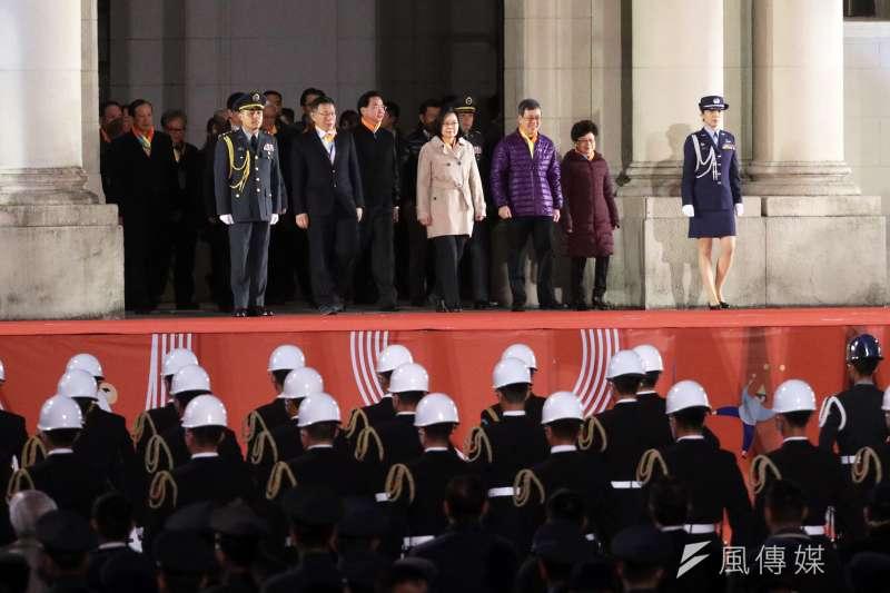 就任一年七個月,蔡英文總統似乎還是習慣「民進黨主席」的角色,忘了沒投票給她的也是她的「頭家」。圖為總統府元旦升旗典禮,蔡英文出席。(蘇仲泓攝)