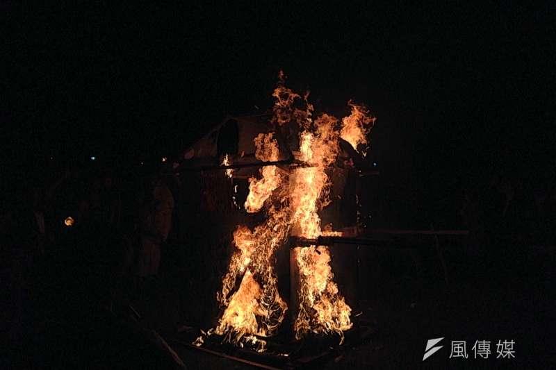 2018-01-02-野青眾舉辦「百野繞境」藝術跨年遊行,31日晚間抵達華山大草原,燃燒轎子,象徵將不好的一切留在2017。(吳尚軒攝)