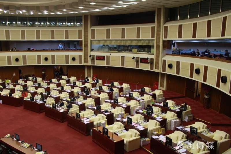 台北市議會3日下午召開臨時會審查107年度總預算,卻因議員出席人數遲遲未達2分之1門檻,會議延宕1小時。(方炳超攝)